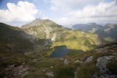 Paesaggio dell'alta montagna con il lago del ghiacciaio Immagini Stock Libere da Diritti