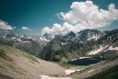 Paesaggio dell'alta montagna con il lago e di alto picco un chiaro giorno Immagine Stock Libera da Diritti