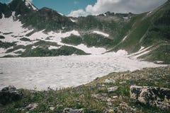 Paesaggio dell'alta montagna con il lago e di alto picco un chiaro giorno Immagini Stock