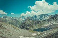 Paesaggio dell'alta montagna con il lago e di alto picco un chiaro giorno Fotografia Stock Libera da Diritti