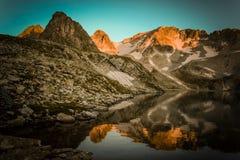 Paesaggio dell'alta montagna con il lago e l'alto picco Immagine Stock Libera da Diritti
