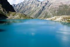 Paesaggio dell'alta montagna con il lago e l'alto picco Fotografie Stock Libere da Diritti