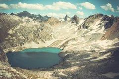 Paesaggio dell'alta montagna con il lago e l'alto picco Fotografia Stock Libera da Diritti