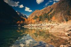 Paesaggio dell'alta montagna con il lago e l'alto picco Immagini Stock Libere da Diritti