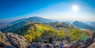 Paesaggio dell'alta montagna con il sole Fotografia Stock