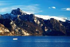 Paesaggio dell'alta montagna con la barca sul lago Fotografia Stock Libera da Diritti
