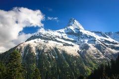 Paesaggio dell'alta montagna con le nuvole un chiaro giorno Immagini Stock