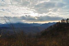 Paesaggio dell'alta montagna in tempo nebbioso, sfondo naturale molle Immagine Stock