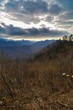 Paesaggio dell'alta montagna in tempo nebbioso, sfondo naturale molle Fotografia Stock