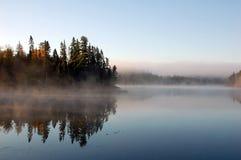 Paesaggio dell'autunno con nebbia fotografia stock