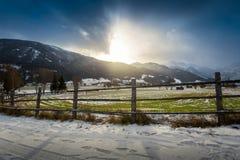 Paesaggio dell'azienda agricola dell'altopiano in alpi austriache al tramonto Immagine Stock Libera da Diritti