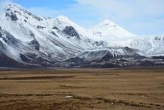 Paesaggio dell'Islanda con i picchi innevati dei vulcani Immagine Stock Libera da Diritti