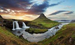 Paesaggio dell'Islanda con il vulcano e la cascata fotografia stock