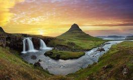 Paesaggio dell'Islanda con il vulcano e la cascata immagini stock libere da diritti