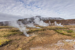 Paesaggio dell'Islanda con le sorgenti termali immagini stock
