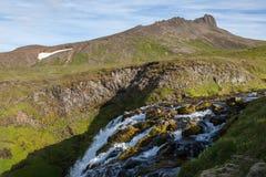Paesaggio dell'Islanda con piccolo funzionamento della cascata Fotografia Stock