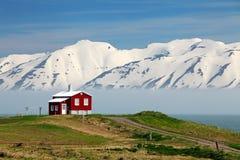 Paesaggio dell'Islanda Fiordo Eyjafjordur, casa, montagne fotografia stock libera da diritti