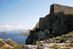 Paesaggio dell'isola di Leros con la vecchia fortezza veneziana e mulini a vento tradizionali nei precedenti fotografia stock