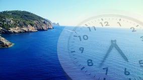 Paesaggio dell'oceano con un orologio stock footage