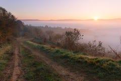 Paesaggio della campagna ad alba nebbiosa Immagini Stock