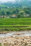 Paesaggio della campagna con i terrazzi, il fiume ed il villaggio del riso Immagini Stock Libere da Diritti