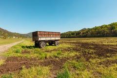 Paesaggio della campagna con il vagone per agricoltura Immagini Stock