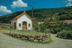 Paesaggio della campagna con la piccola cappella immagini stock