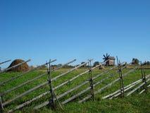 Paesaggio della campagna con un mulino a vento Immagini Stock