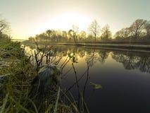 Paesaggio della campagna, tramonto sopra il fiume Fotografie Stock
