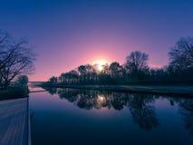 Paesaggio della campagna, tramonto sopra il fiume Immagine Stock Libera da Diritti