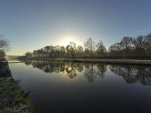 Paesaggio della campagna, tramonto sopra il fiume Fotografie Stock Libere da Diritti