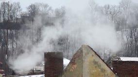 Paesaggio della casa del tubo di inverno della neve del fumo del tetto archivi video
