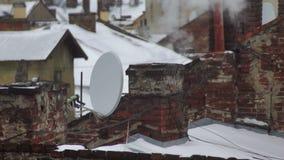 Paesaggio della casa del tubo di inverno della neve del fumo del tetto video d archivio