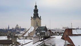 Paesaggio della casa del tubo di inverno della neve del fumo del tetto stock footage