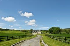 Paesaggio della casa dell'azienda agricola della campagna Fotografia Stock Libera da Diritti