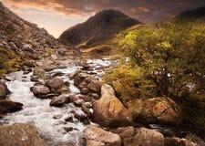 Paesaggio della cascata al tramonto in montagne Fotografia Stock