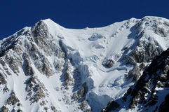 Paesaggio della catena montuosa con neve e gli alti picchi Immagine Stock