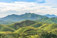 Paesaggio della catena montuosa sotto il cielo e la nuvola di mattina Fotografia Stock Libera da Diritti