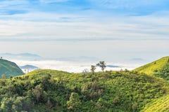 Paesaggio della catena montuosa sotto il cielo e la nuvola di mattina Fotografia Stock