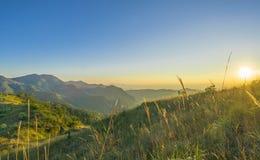 Paesaggio della catena montuosa a tempo di aumento del sole fotografia stock libera da diritti
