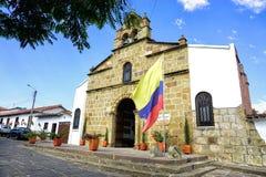 Paesaggio della chiesa con la bandiera in Pinchote, Colombia fotografia stock libera da diritti