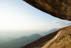 Paesaggio della cima della montagna della roccia con il fondo della montagna dell'albero Fotografie Stock