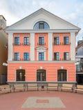 Paesaggio della città Bei casa e banchi rosa Immagine Stock