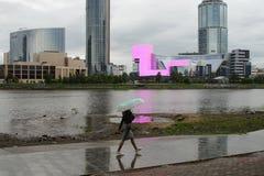 Paesaggio della città circa lavoro di ogni giorno Pioggia, lavoro e cielo triste immagini stock libere da diritti