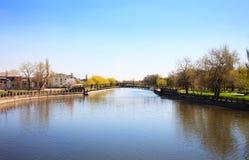 Paesaggio della città con il fiume Fotografia Stock