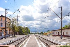 Paesaggio della città con le viste della stazione ferroviaria Immagini Stock Libere da Diritti