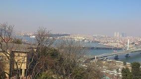 Paesaggio della città dal livello con il mare ed i ponti in eminonu Costantinopoli Immagini Stock