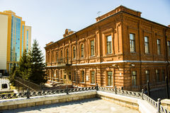 Paesaggio della città dalla costruzione antica e dalla costruzione moderna nel giorno soleggiato Fotografia Stock