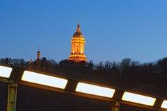 Paesaggio della città di notte Grande Lavra Bell Tower Great Belfry illuminata immagini stock libere da diritti