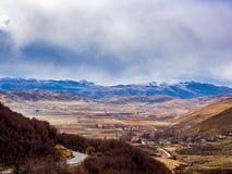 Paesaggio della città nella valle dell'alta montagna in Sichuan Fotografia Stock Libera da Diritti